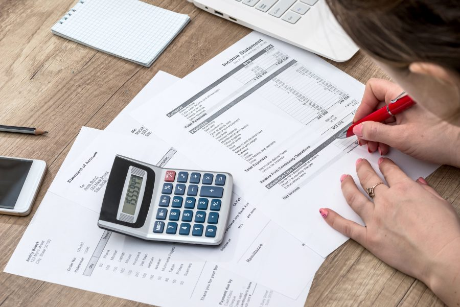 Frau am Schreibtisch mach Steuern