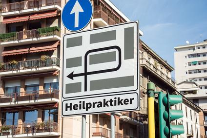 Schild mit Aufschrift Heilpraktiker
