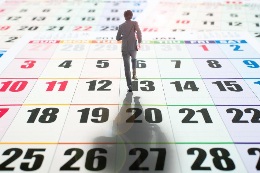 Männchen läuft auf Kalender zurück