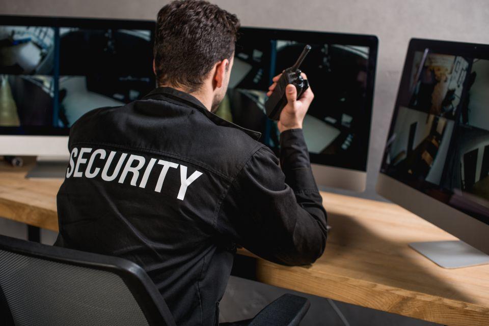 Wachdienst vor Monitoren
